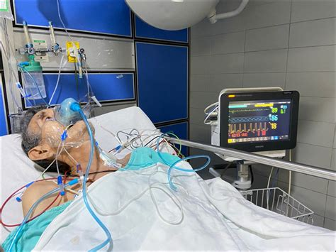 Patient under oxygen therapy with simple oxygen mask and
